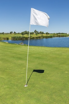 Сигнальный флаг для отверстия на поле для гольфа.