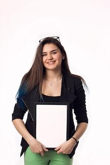 Женщина показывая пустой signboard