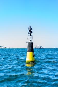 船と海の波の道標、晴れたクリミアの夏。垂直方向