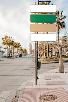 Указатели на дорожном пешеходном переходе