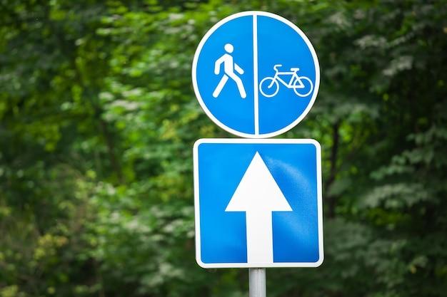 공원에 표지판. 사이클리스트를위한 도로. 스포츠 활동.