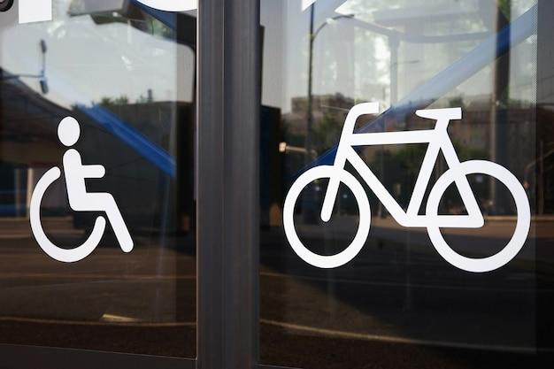 버스 문 근접 촬영에 장애인과 자전거의 징후