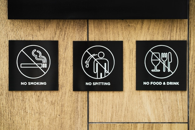 敷地の入り口にある禁止事項と行動規則のある看板。