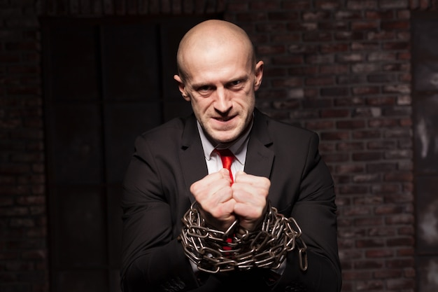 Бесшумный убийца с руками в железной цепи