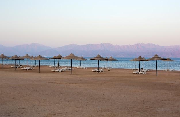 지평선에서 산의 전망을 감상할 수 있는 이집트 타바의 조용한 해변