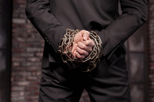 サイレント殺人犯は鉄の鎖に手を