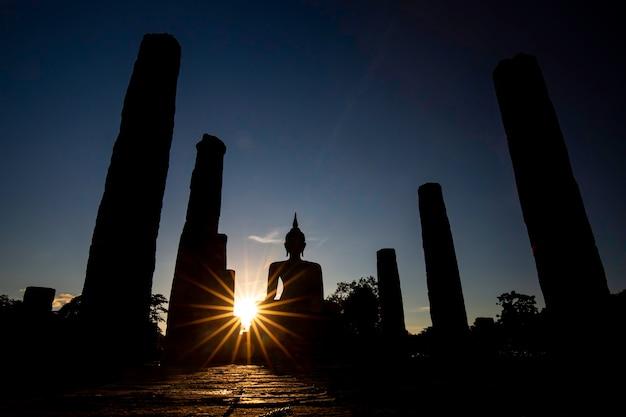 シルエット仏像バーストサンスコータイワットマハタート仏像タイ。
