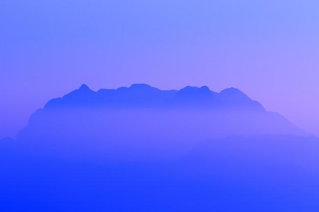 タイのシルエット高とトップの山