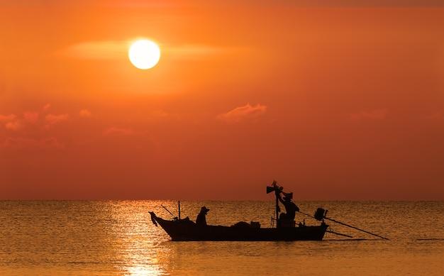 漁船の漁師のシルエット画像