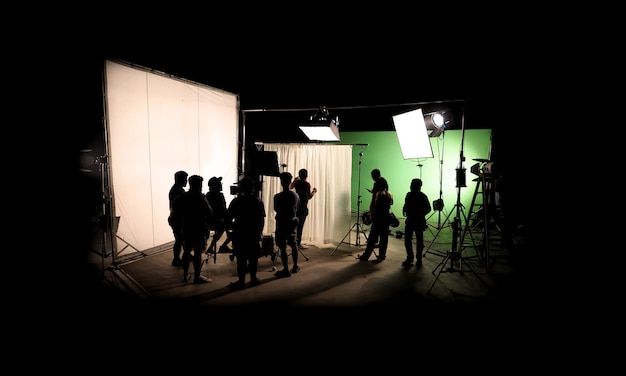 Силуэтные изображения видеопроизводства за кулисами или съемок телевизионного рекламного фильма