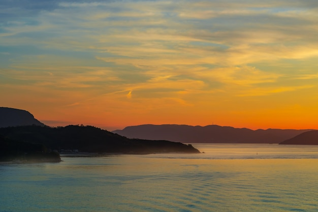 휴가 및 여행 배경 다채로운 빛 배경 fot 파라다이스 이국적인 색상에서 일몰 실루엣 섬