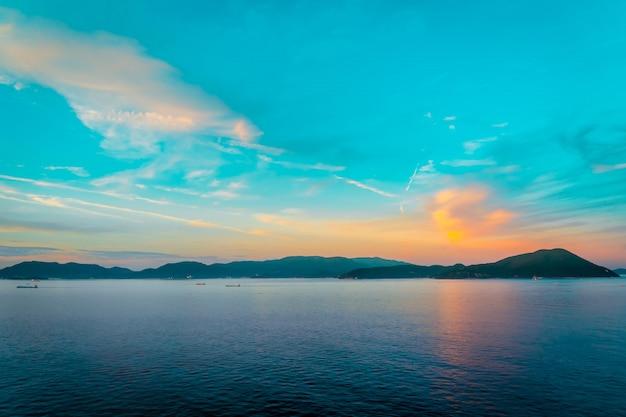 カラフルな光の中で夕日とシルエット島