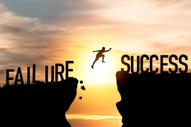 Силуэт человека прыгает от неудачи к успеху.