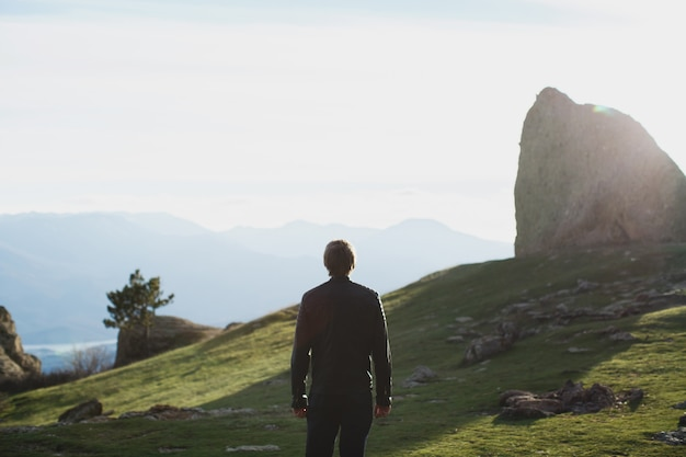 산에 길을 걷는 실루엣 남자