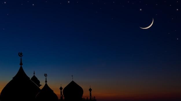 어두운 푸른 하늘에 실루엣 모스크와 황혼 배경에 초승달 해질녘