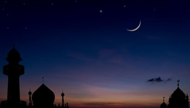 Силуэт мечети на закате сумеречного неба после захода солнца с мусульманской религией полумесяца