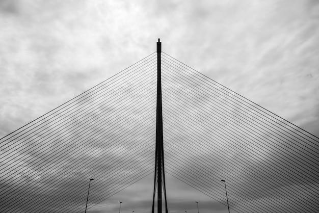 テージョ川に架かるタラベラデラレイナの斜張橋のシルエット