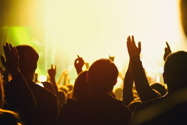 コンサートでのファンの群衆のシルエット