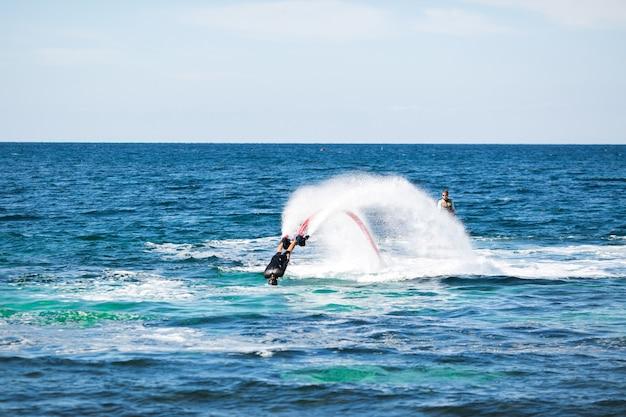 Силуэт всадника флайборда в море