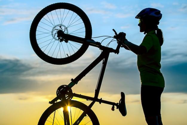 소녀와 자전거와 사이클의 실루엣