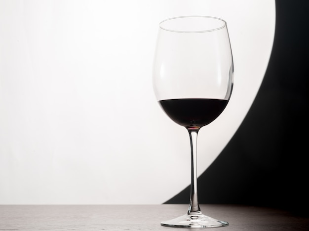 テーブルの上の赤ワインのガラスのシルエット