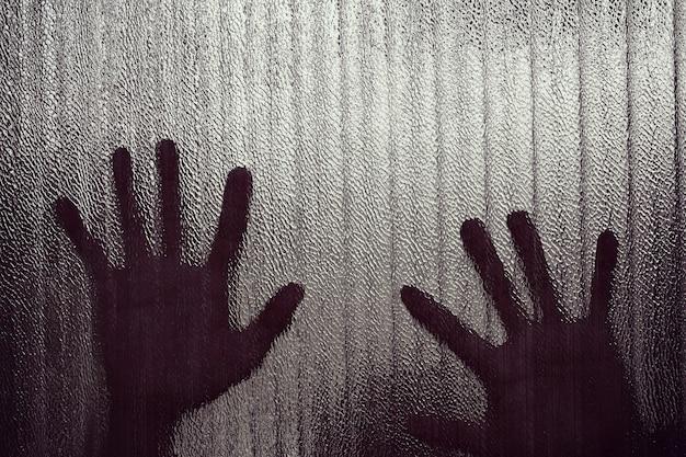 投獄される表情ぼやけた手のシルエット