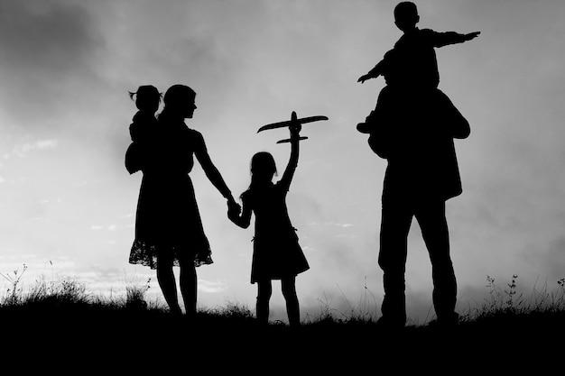 Силуэт счастливой семьи с детьми на природе