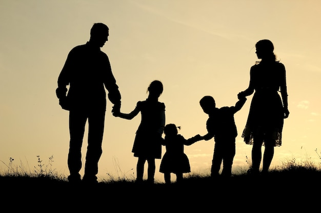 자연에 아이들과 함께 행복한 가족의 실루엣