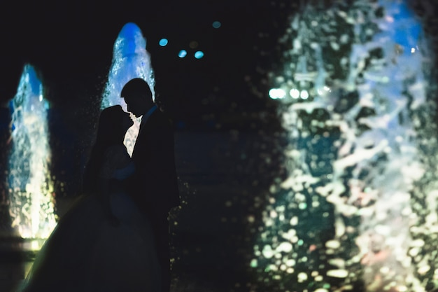 Силуэт пары целовались