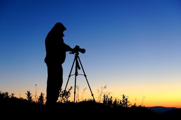 夕暮れの風景写真家のシルエット