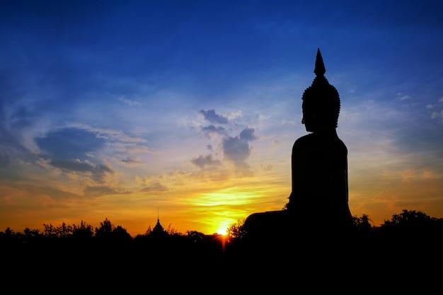 Силуэт большой золотой статуи будды в ват муанг, провинция анг тонг, таиланд