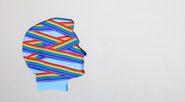 남성 머리의 실루엣과 복사 공간 안에 있는 lgbt 프라이드 게이의 무지개 리본
