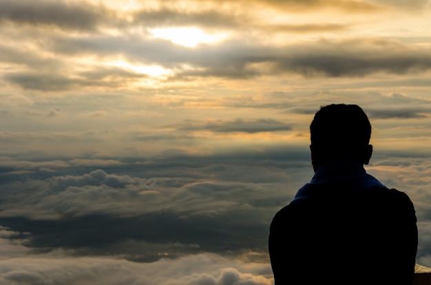 산에서 아름다운 전망 앞에서 남자의 실루엣