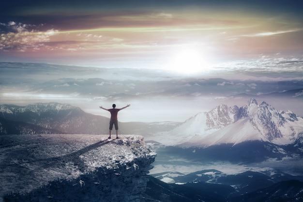 山の男のシルエット