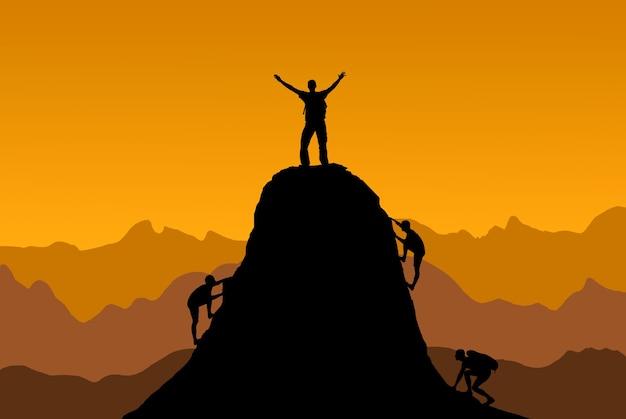 Силуэт человека на вершине горы на огненно-оранжевом фоне