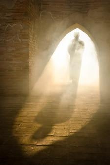 아시아 무슬림 프라나콘시 아유타야 주의 오래된 모스크에서 기도하기 위해 모스크에 들어가는 이슬람 남성의 실루엣