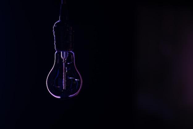 暗いコピースペースで光らないランプのシルエット。