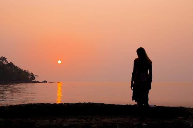 해변에서 여자의 실루엣