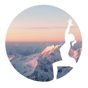 円の山の背景でヨガを練習している女性のシルエット