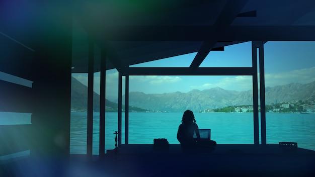 Силуэт женщины, работающей в офисе с городской пейзаж
