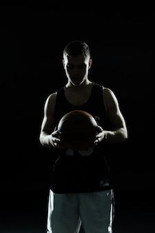 공을 농구 선수의 실루엣