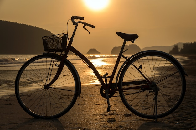 Силуэт велосипеда на пляже, велосипеды на пляже закат или восход