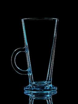 黒の背景にクリッピングパスで撮影するための青いガラスのシルエット。