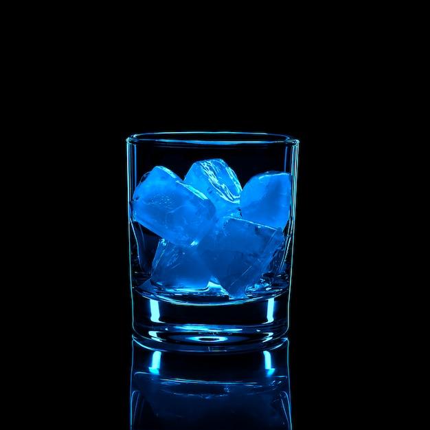 Силуэт синего стекла со льдом для крепкого алкоголя