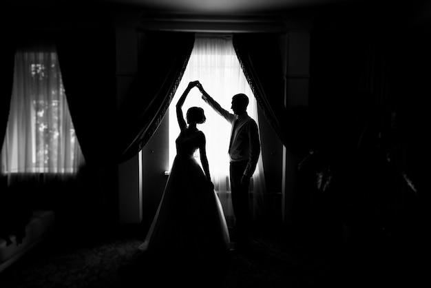 Силуэт жениха и невесты у окна