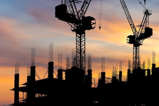 建築現場のシルエット、夕方の日没時の建設現場