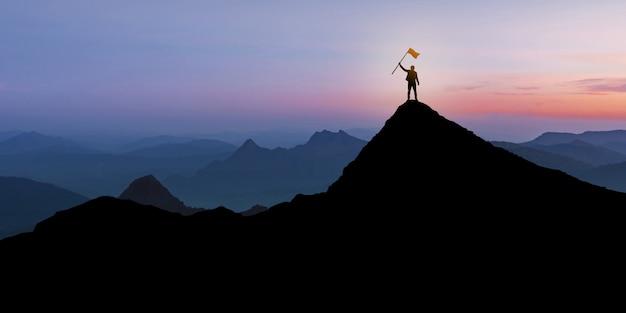 플래그, 우승자, 성공 및 리더십 개념 일몰 황혼 배경 위에 산 위에 서있는 사업가의 실루엣