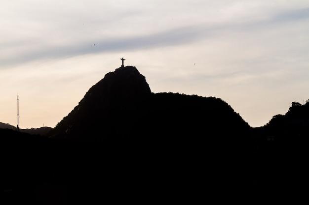 브라질 리우데자네이루에 있는 그리스도 구속자의 실루엣 - 2021년 9월 20일: 리우데자네이루의 코파카바나 지역에서 본 구속자 그리스도의 실루엣.