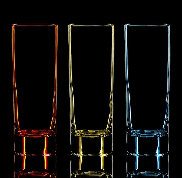 黒の背景にカラーカクテルグラスのシルエット。