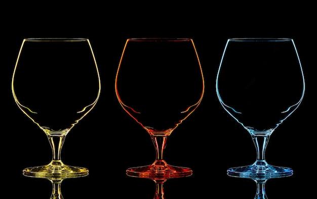黒の背景にカラーウイスキーガラスのシルエット。
